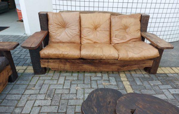 Sofá em couro com acabamento em madeira